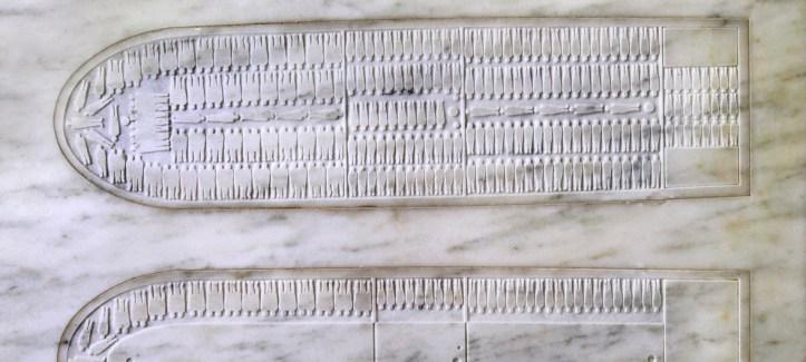 Photo ONU/Devra Berkowitz Gros plan de détails du mémorial au siège de l'ONU commémorant la tragédie de l'esclavage et de la traite transatlantique des esclaves.