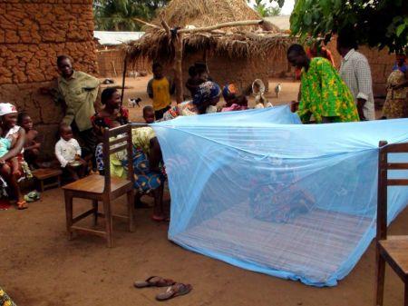 La malaria progresse en Afrique alors qu'elle récule partout dans le monde (crédit photo: Andre Roussel, USAID)