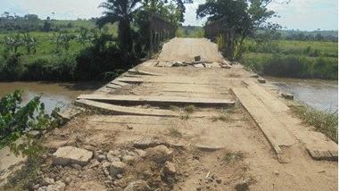 Le pont de Mfidi Malele ne tient plus que grâce au volontarisme des villageois